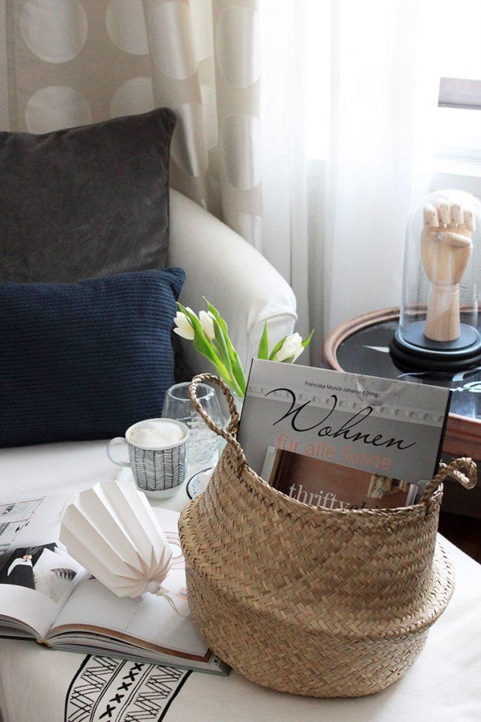 gemütliches-Schlafzimmer-mit-Körben-aus-Seegras
