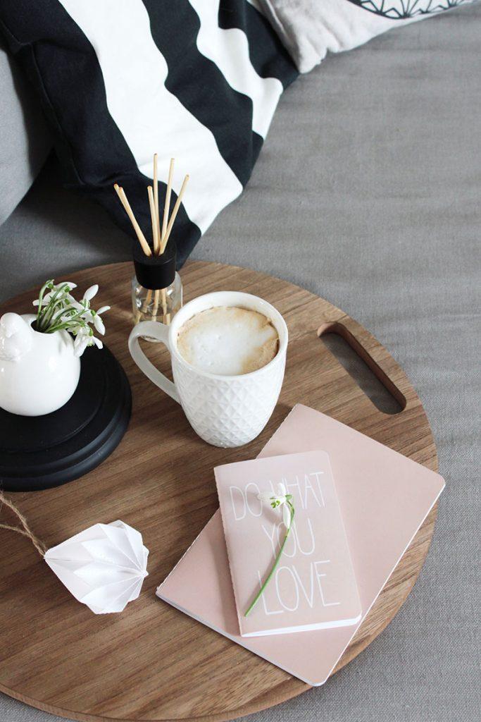 Gemütlicher-Kaffee-auf-der-Couch-dank-Tablett