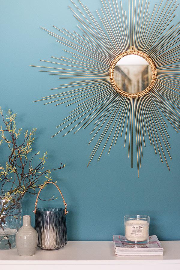 Sonnenspiegel auf blauer Wand