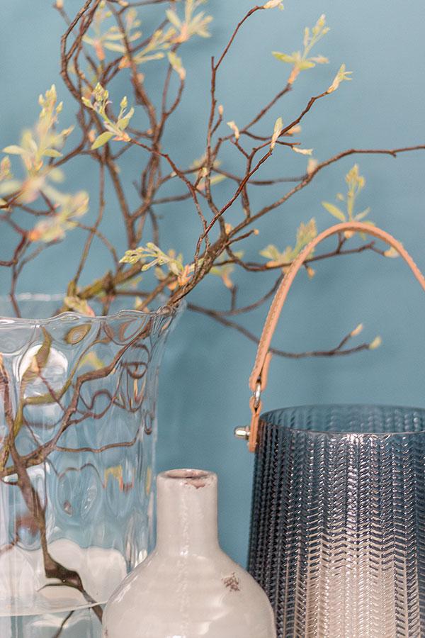 Stillleben mit Felsenbirne, Windlicht und Vase