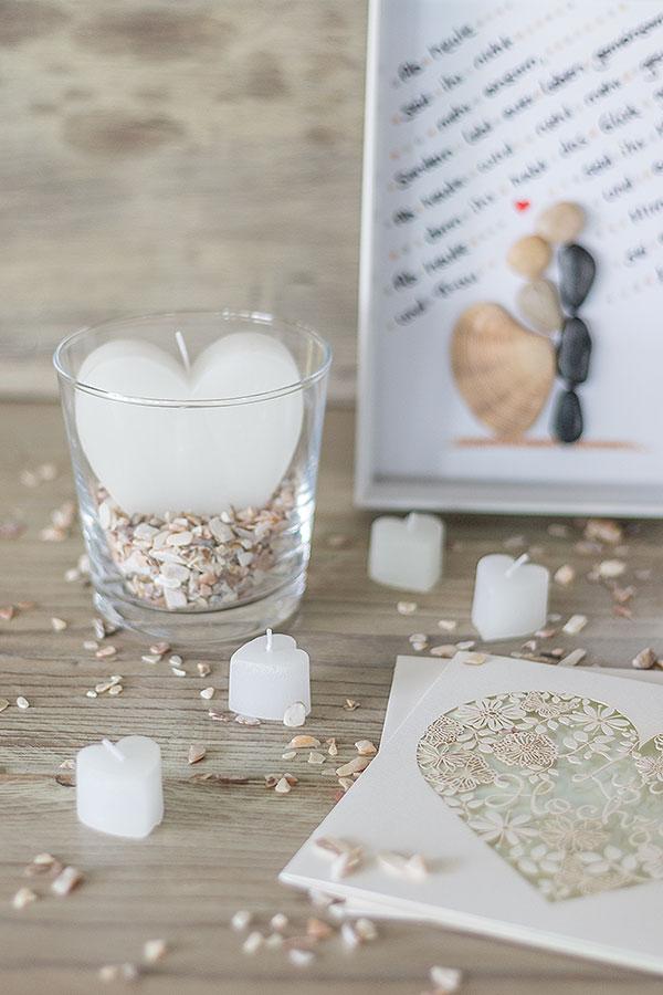 Geschenkideen zur Hochzeit: DIY Bilderrahmen, Herzkerzen, Muschelgranulat
