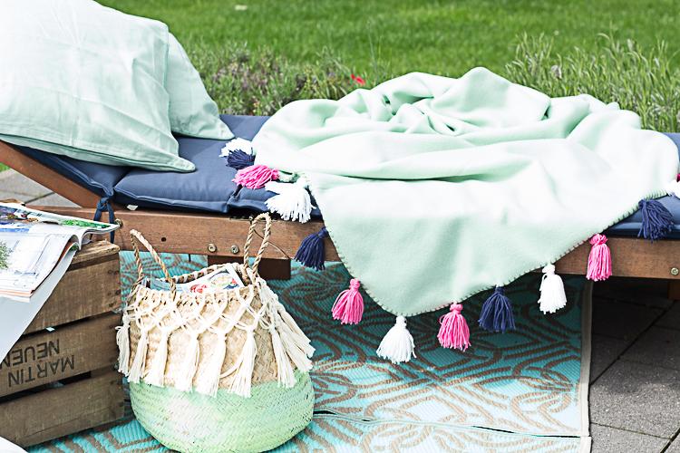 DEPOT DIY Sommerdecke mit bunten Quasten