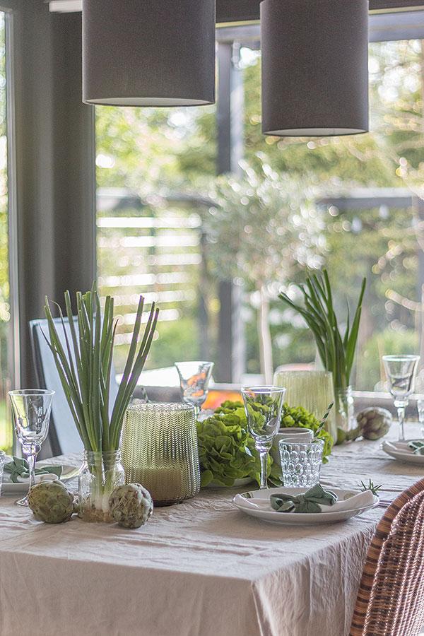 Greenery Tischdeko mit Salat, Artischocken, Frühlingszwiebeln und Limetten