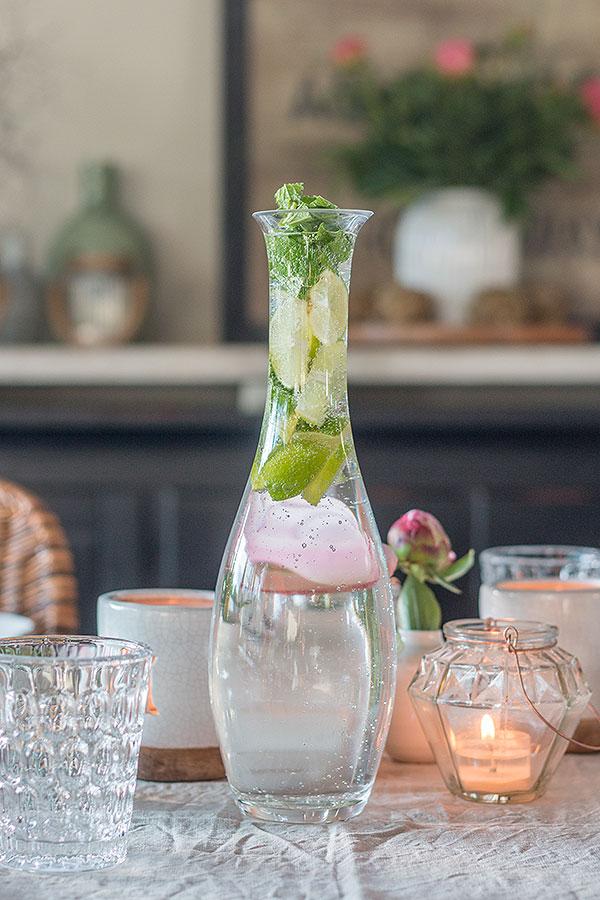 erfrischendes Limetten-Melissen-Wasser zum Grillen
