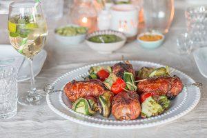 gegrillte Bacon-Hackfleisch-Spieße und Zucchini-Auberginen-Involtini