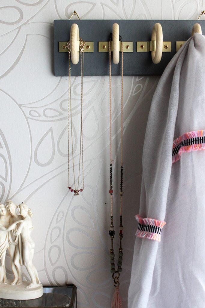 DIY-Schalhalterung-aus-Holzringen