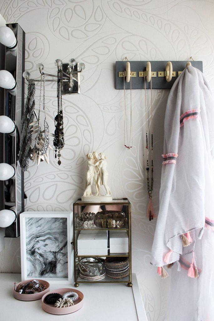 DIY-Wandhalterung-aus-Holzringen-für-Schals-und-Schmuck