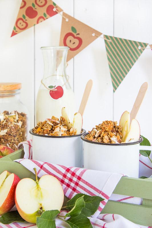 Knuspriges Granola mit Äpfeln und Nüssen