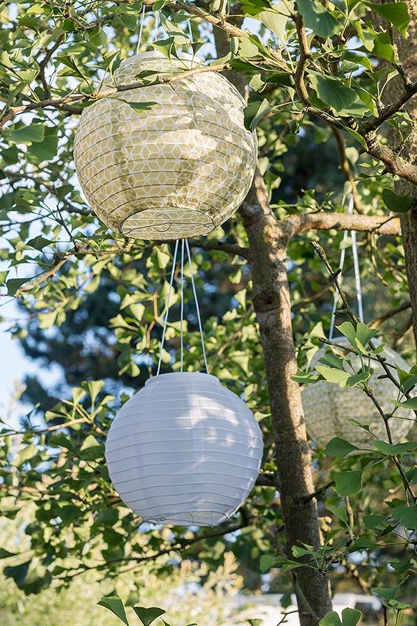 gemütliche Gartenstimmung mit Lampions im Baum