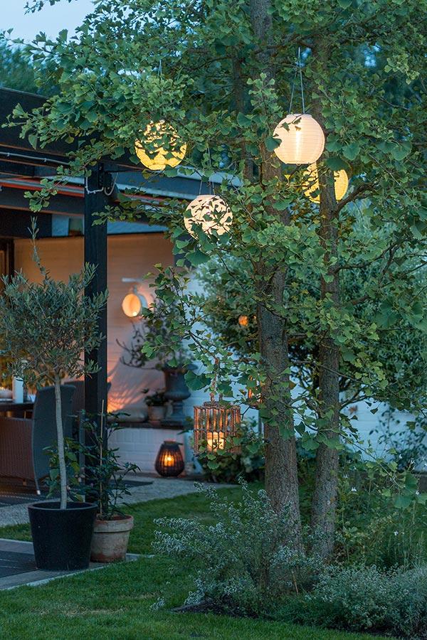 romantische Gartenstimmung mit Lampions
