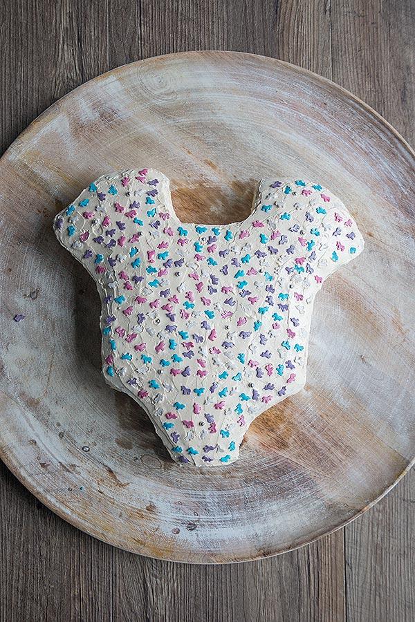 Babyshower Kuchen mit Zuckerdeko belegen