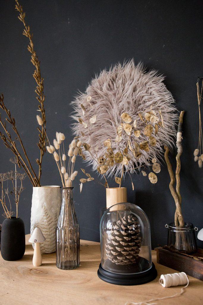 Herbstschätze-schön-in-Vasen-arrangiert