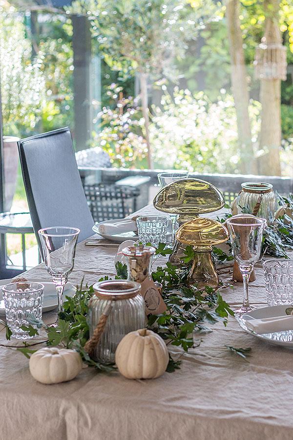 herbstliche Tischdeko mit Pilzen, Kürbissen und Blättern