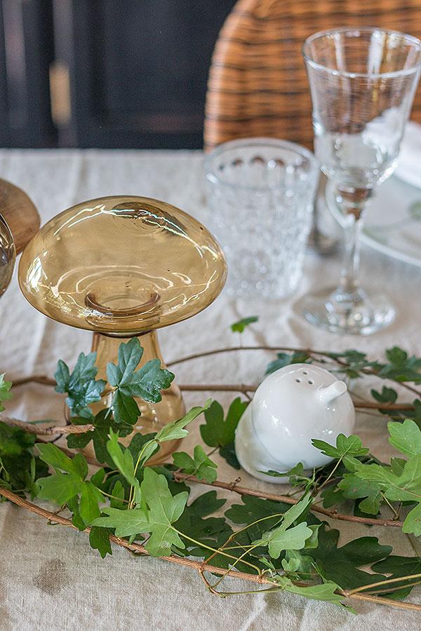herbstliche Tischdeko mit Pilzen und Blättern
