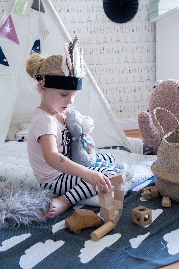 kuscheliger-spielbereich-im-kinderzimmer
