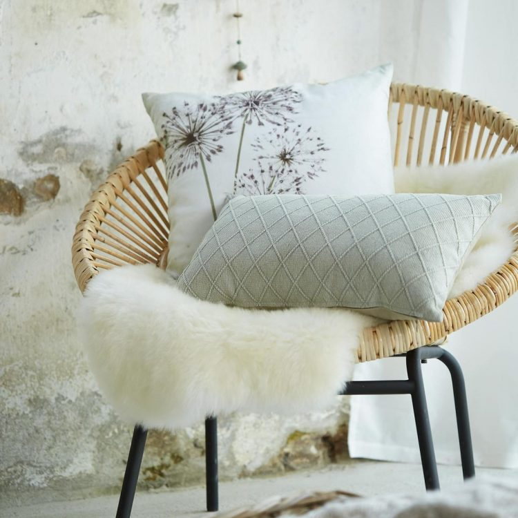 flauschiger diy fellhocker mit step by step anleitung. Black Bedroom Furniture Sets. Home Design Ideas