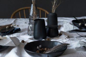 BB_schlichte-Tischdekoration-mit-schwarzem-Tongeschirr