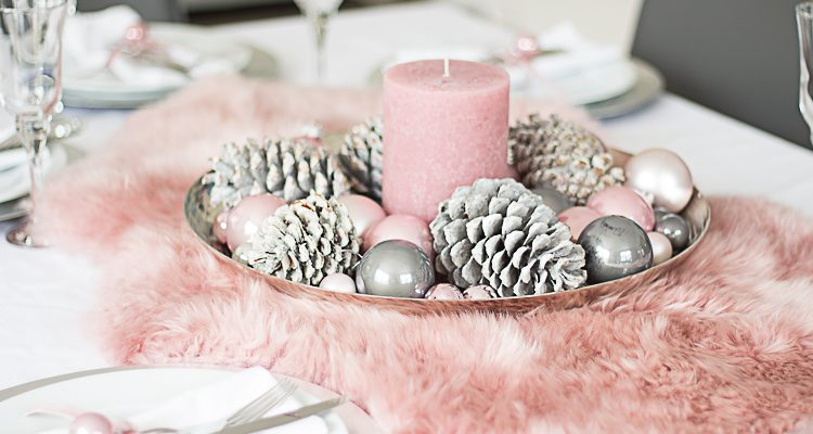 Weihnachtliche tischdeko mit fell in altrosa for Tischdeko altrosa