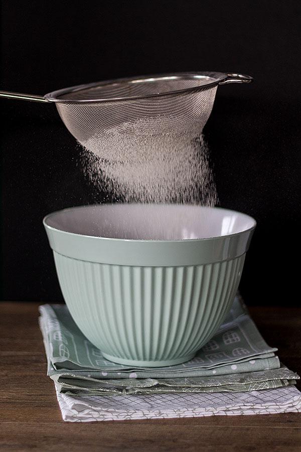 Mehl einsieben für Vanillekipferl