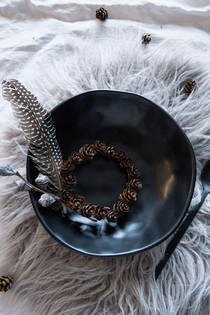 Tischdeko-mit-schwarzem-Steingut-Geschirr-im-nordischen-Look