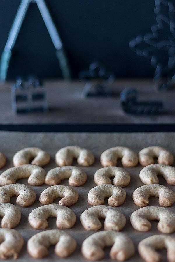 Vanillekipferl aus dem Ofen nehmen und kurz abkühlen lassen
