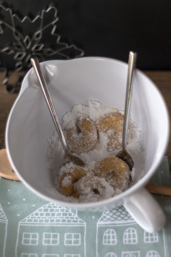 Vanillekipferl in Puderzucker-Vanillezucker-Gemisch wälzen