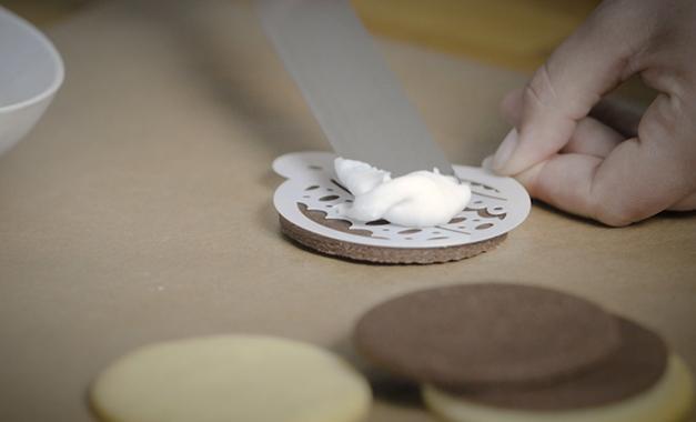 Die Glasur lässt sich am besten mit Hilfe einer Winkelpalette auf den Plätzchen verteilen.