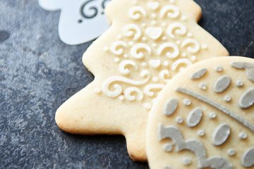 Weihnachtsplätzchen festlich verziert - so machen auch einfach Butterplätzchen garantiert eine gute Figur auf jedem Adventsteller!