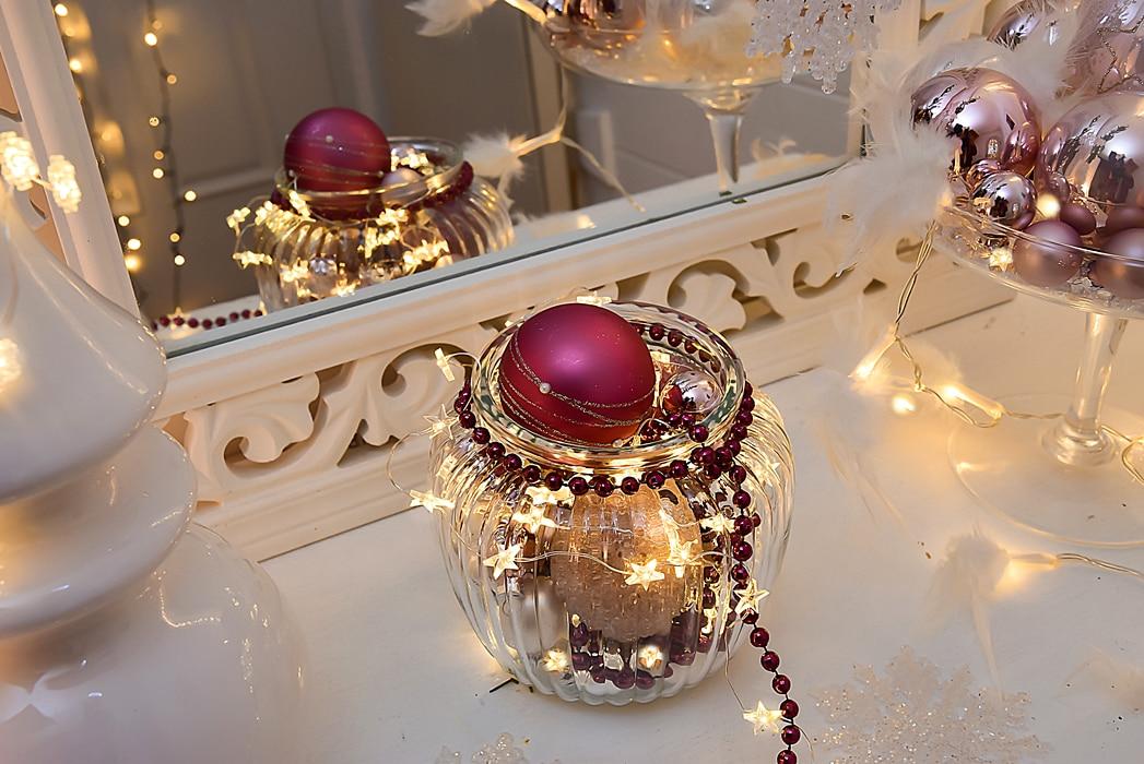 Weihnachtliche dekoideen mit lichterketten - Weihnachtskugeln fenster ...