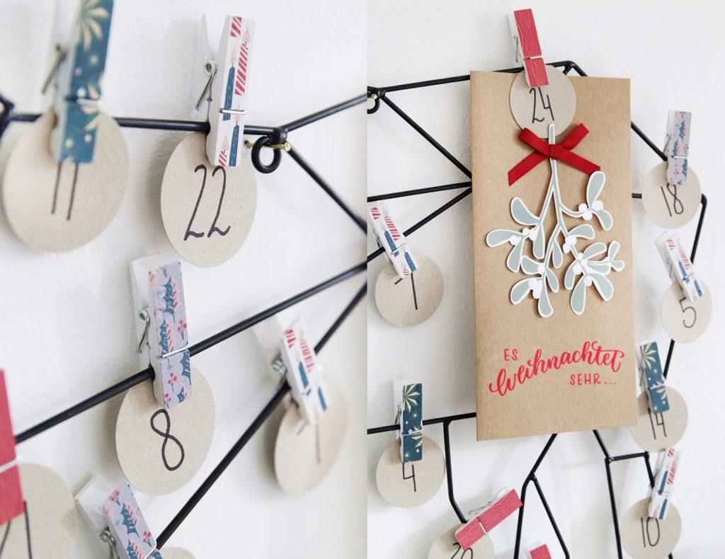 Die Weihnachtsbotschaften werden mit Holzklammern an dem Dekohirsch befestigt.