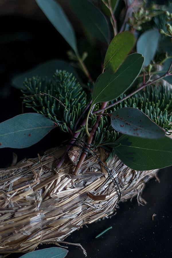 Eukalyptus Nobilis Bündel am Strohkranz mit Draht befestigen