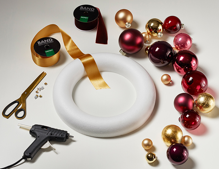 Für den extravaganten Kranz benötigt ihr vor allem eins: viele Weihnachtskugeln.