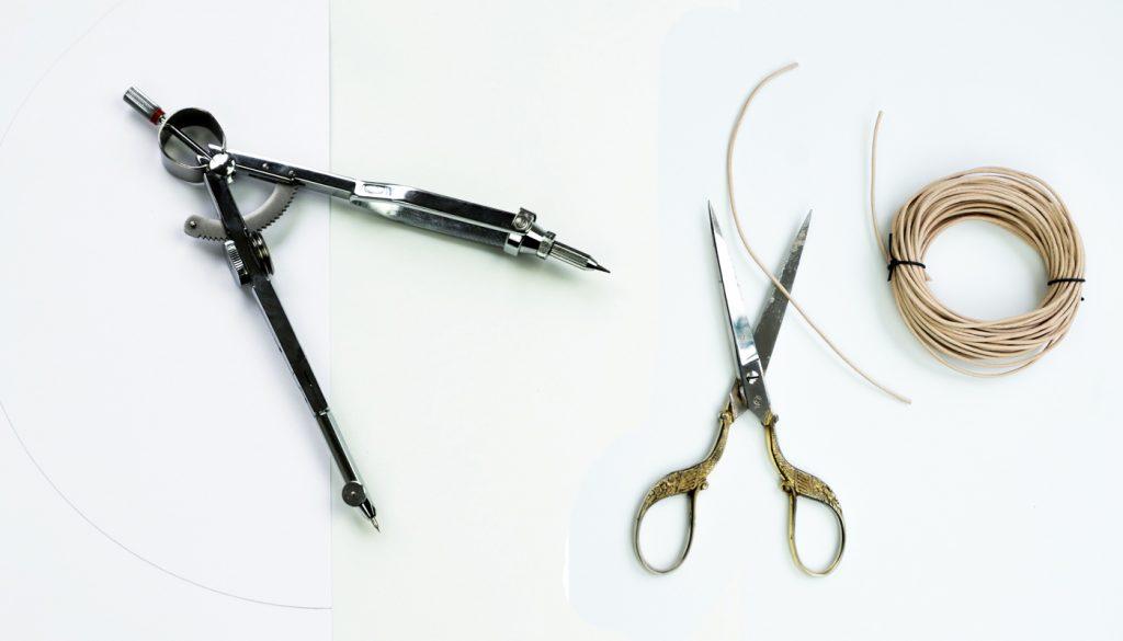 Zuerst werden Halbkreise aus Papier und die Lederschnur zurecht geschnitten.