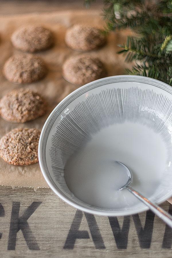Zuckerguss für Nürnberger Elisenlebkuchen anrühren