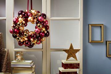 Ein Türkranz aus Weihnachtskugeln besticht mit seiner Opulenz.