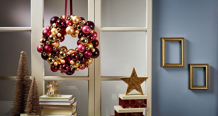 Kranz Aus Weihnachtskugeln.Extravagant Ein Turkranz Aus Weihnachtskugeln