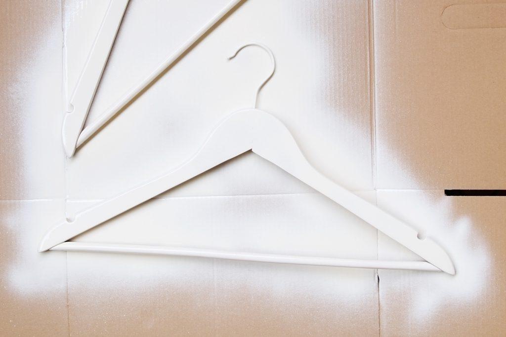Such euch ein großes Stück Pappe als Unterlage zum Besprühen der Kleiderbügel.