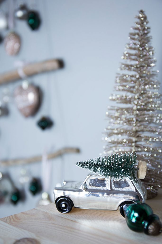 Auto-mit-weihnachtsbaum-auf-dem-dach