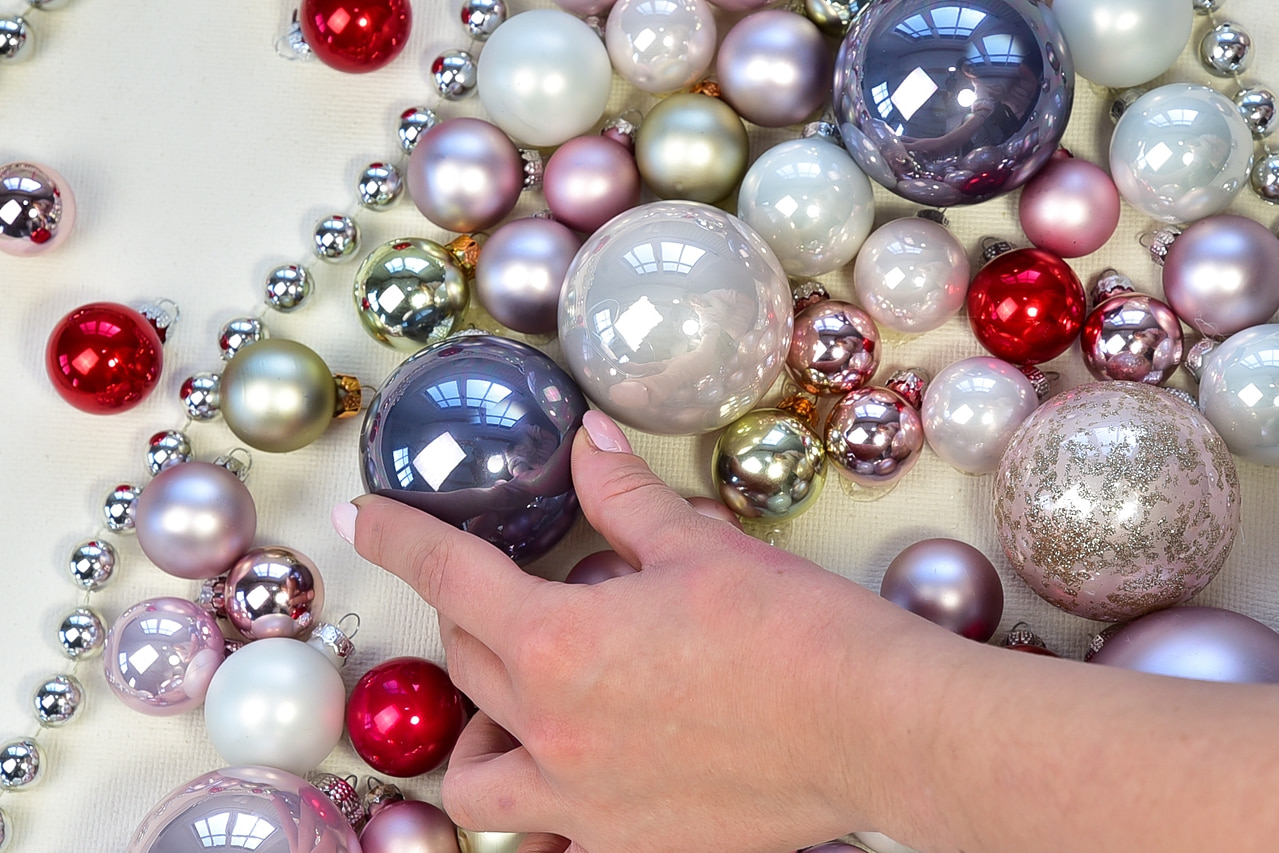 weihnachtsbaum-aus-weihnachtskugeln-selber-machen 6k-min
