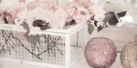 fruehlingshafte-dekoidee-mit-kunstblumen-von-depot 11bkV-min