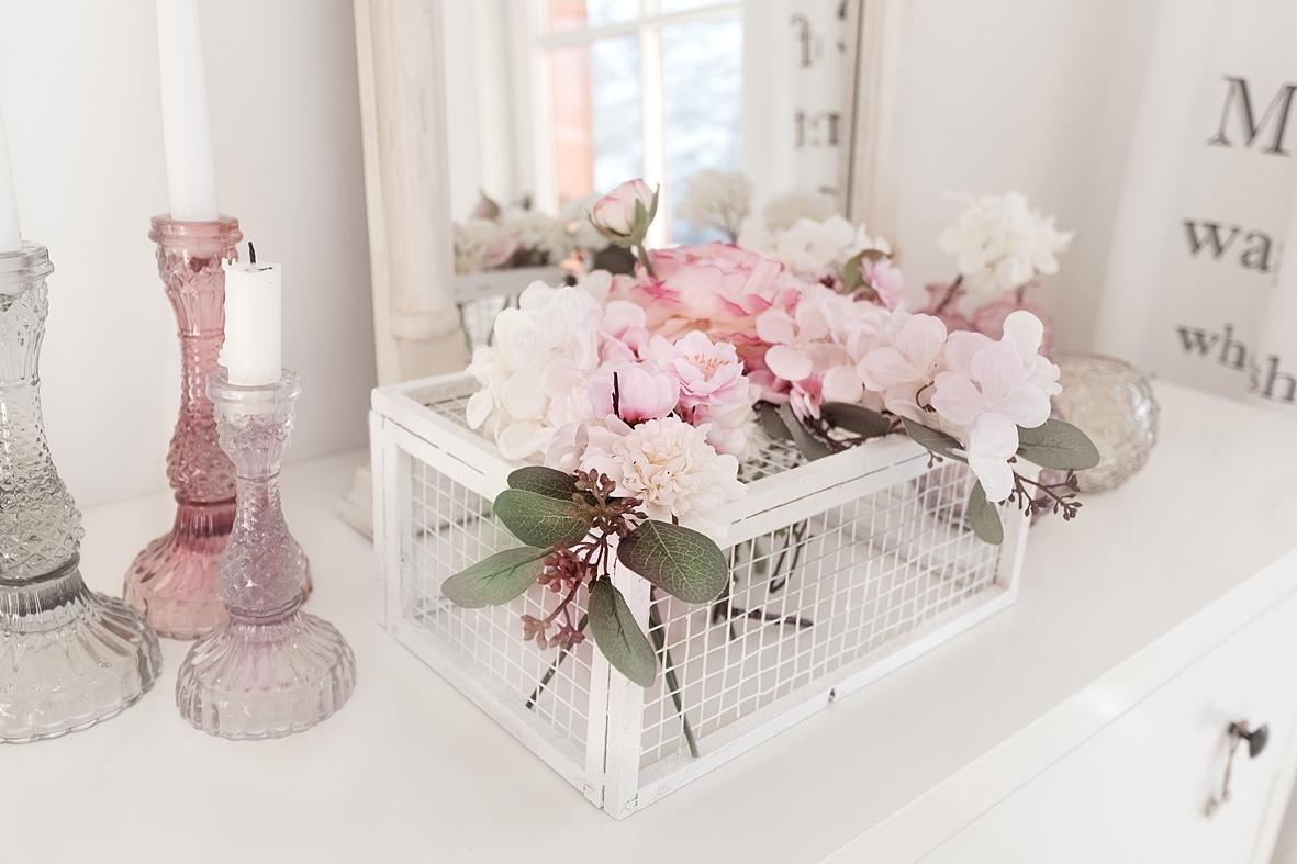 fruehlingshafte-dekoidee-mit-kunstblumen-von-depot 12bk-min