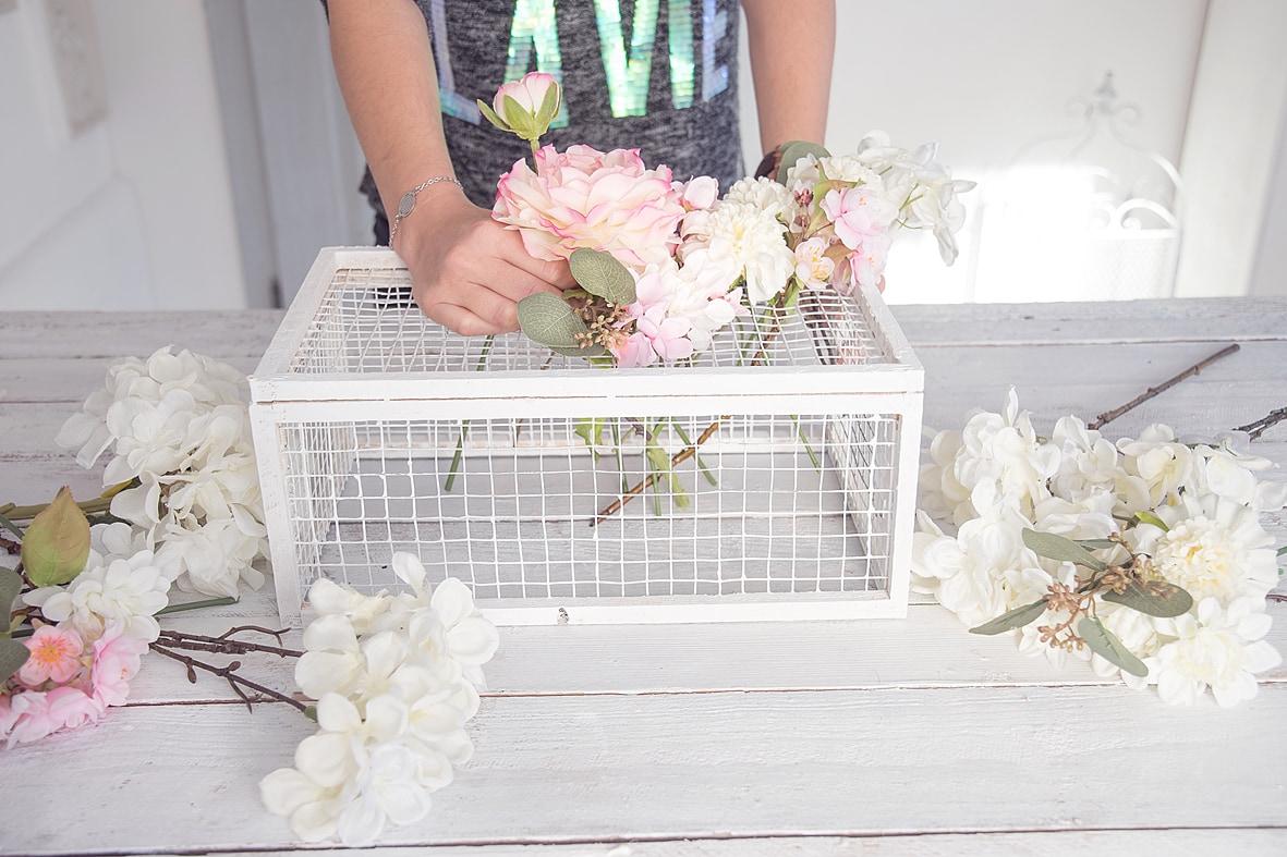 fruehlingshafte-dekoidee-mit-kunstblumen-von-depot 20bk-min