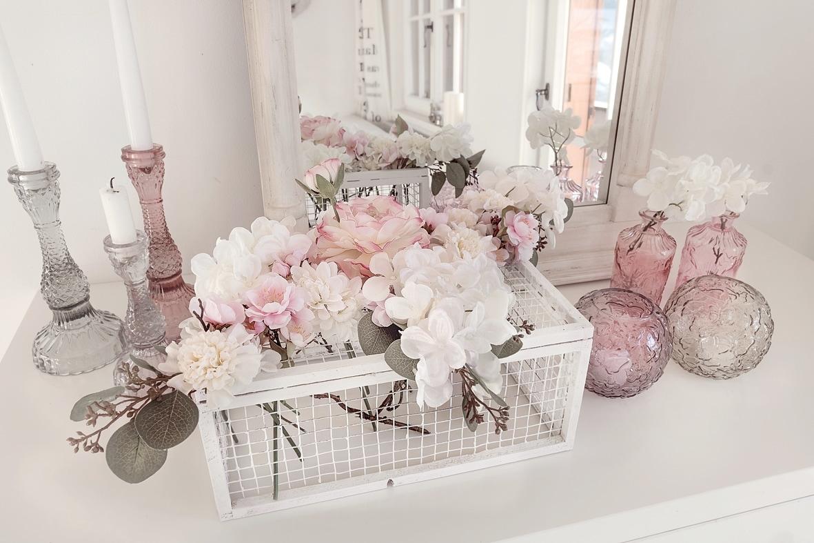 fruehlingshafte-dekoidee-mit-kunstblumen-von-depot 8bk-min