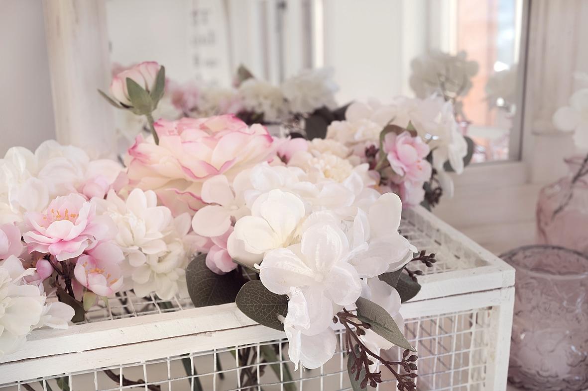 fruehlingshafte-dekoidee-mit-kunstblumen-von-depot 9bk-min