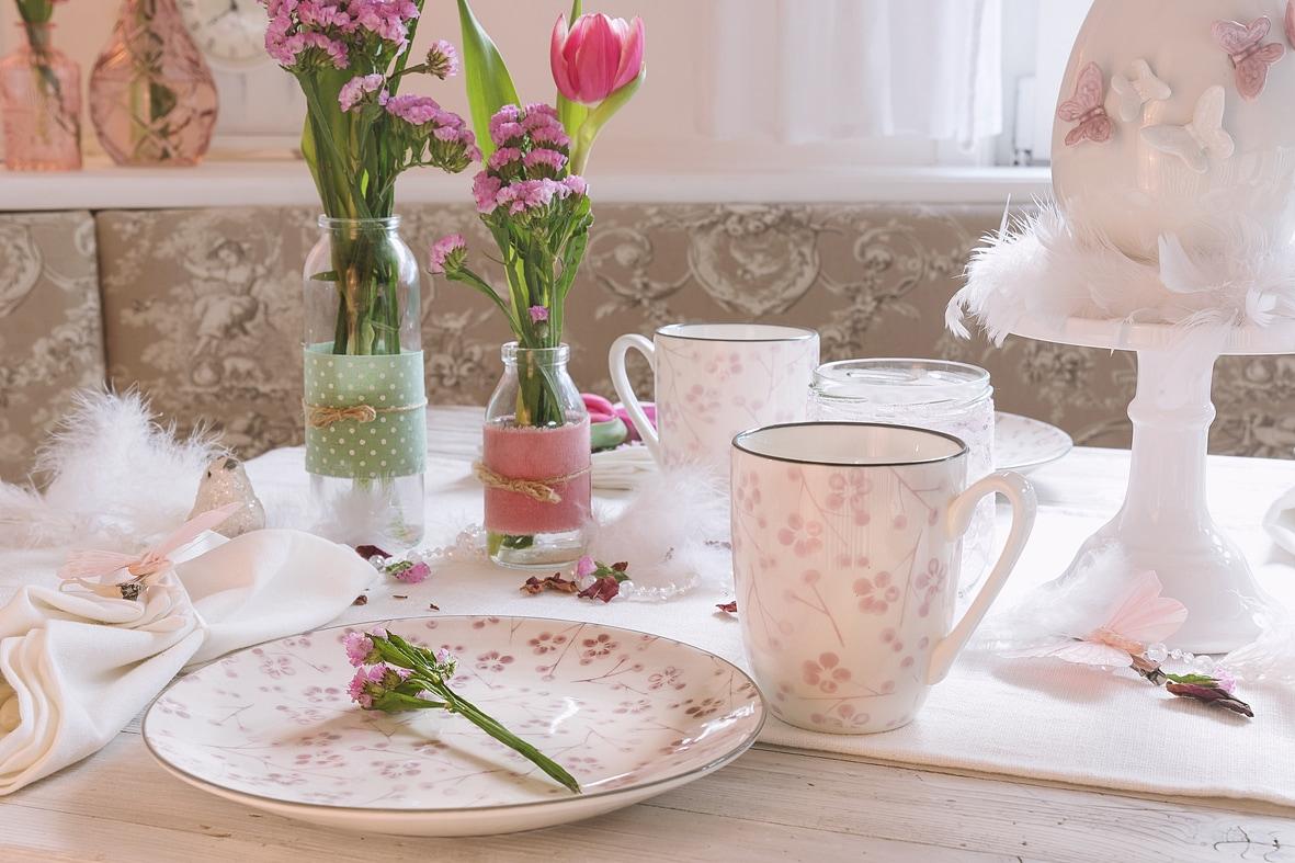 fruehlingskaffeetisch-in-sanften-rosatoenen 10k-min