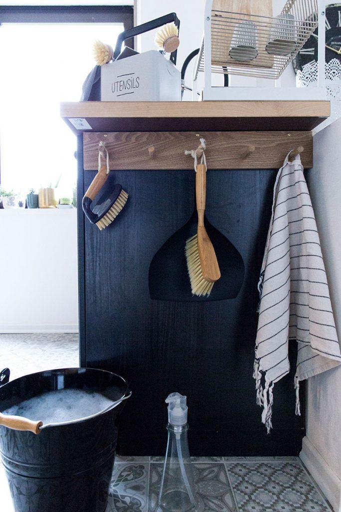 holzhakenleiste-mit-kehrblech-und-blecheimer-in-der-küche