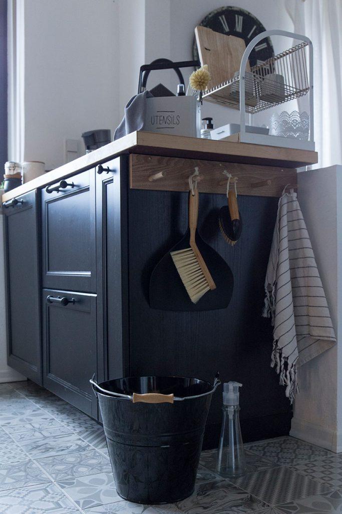 küche-in-skandi-look-mit-hübschen-haushaltshelfern