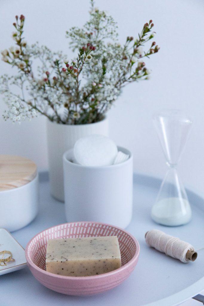 sesamseife-in-keramikseifenschale-in-der-Trendfarbe-Rosa