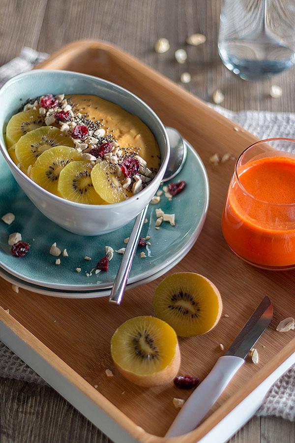 Smoothie Fruit Bowl mit Mango, Kiwi, Cashews, Cranberrys und Chiasamen