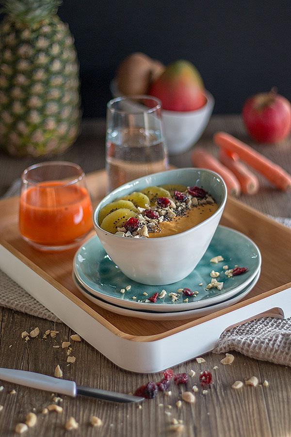 gesundes Frühstück mit Smoothie Bowl und Karotten-Apfelsaft